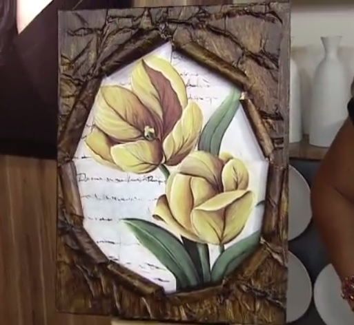 Técnica de moldura para quadros com jornal envelhecido